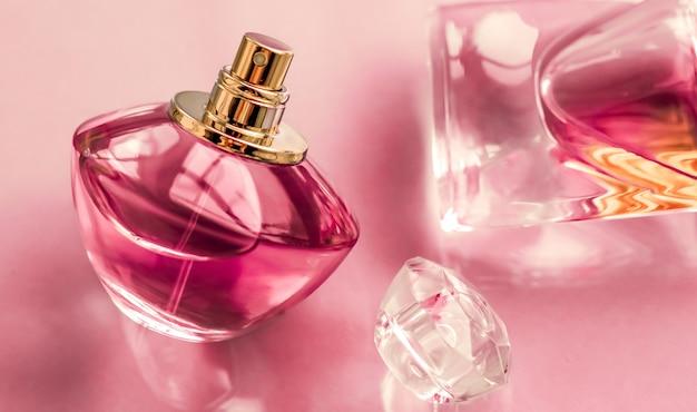 향수 스파 및 브랜딩 개념 광택 배경에 핑크 향수 병 달콤한 꽃 향기 매력적인 향기와 휴일 선물 및 럭셔리 뷰티 화장품 브랜드 디자인으로 오 드 퍼퓸