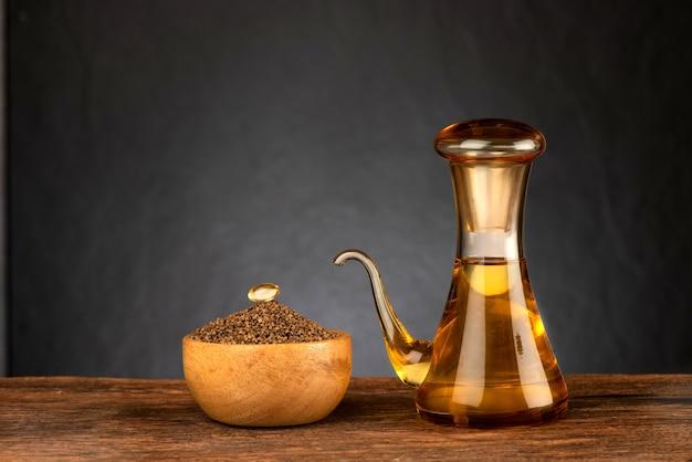 들깨 씨앗과 검은 배경에 기름.
