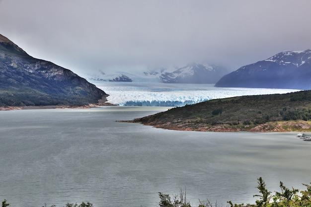 ペリトモレノ氷河がアルゼンチンのパタゴニアのエルカラファテを閉じる