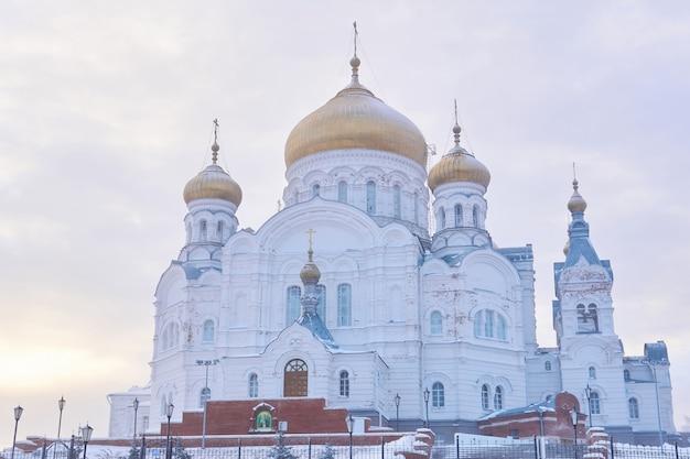 Пермский край, россия - 21 декабря 2020 года: храм белогорского монастыря в туманный зимний день
