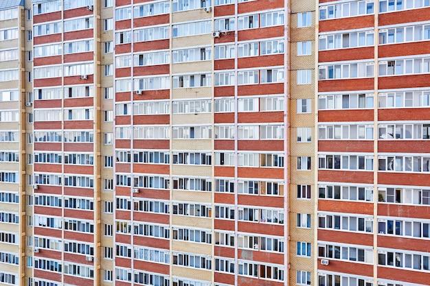 페름, 러시아 - 2020년 10월 4일: 고층 다층 주거용 건물의 외관
