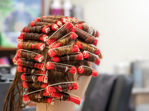 理髪学校でのマネキンのパーマトレーニング