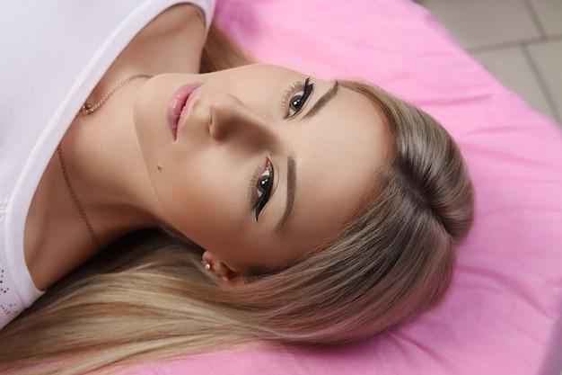 彼女の額に恒久的な化粧。