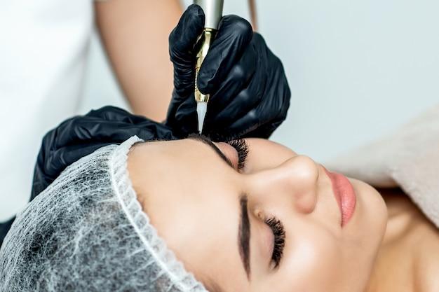 Перманентный макияж бровей от профессионального косметолога.