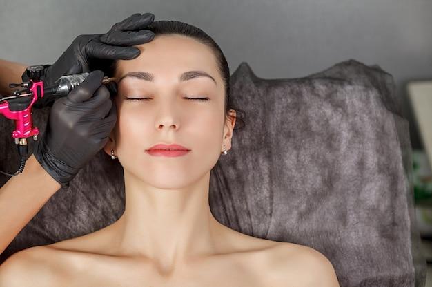 Процедура перманентного макияжа молодой девушке