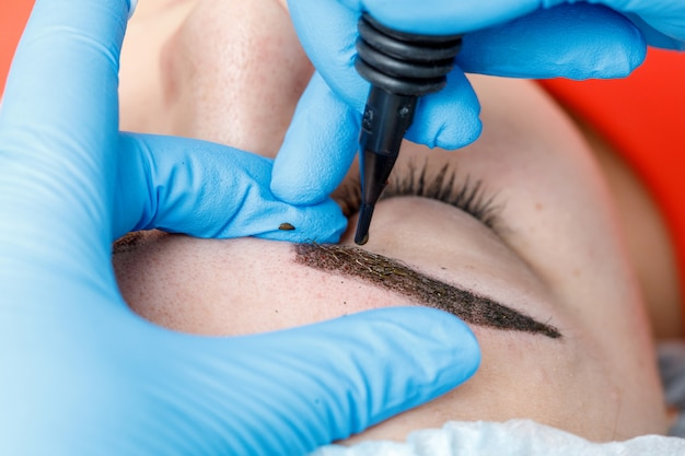 Перманентный макияж, татуаж бровей. косметолог нанесения макияжа