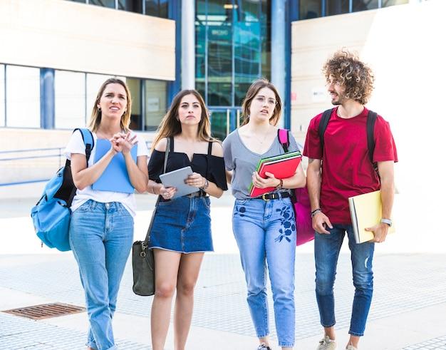 Studenti perplessi in piedi vicino all'università