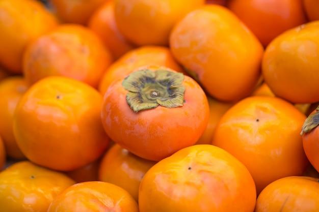 Плоды апельсина хурмы на рынке