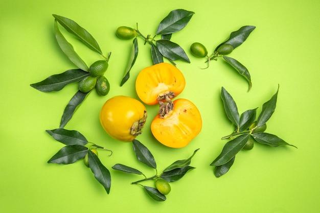 柿3つの柿と葉のある柑橘系の果物