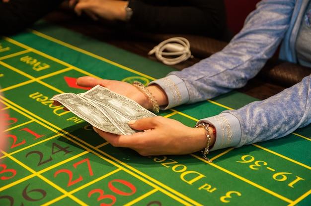 カジノでお金を賭ける人