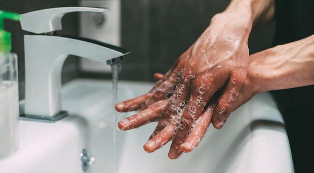 慎重に手を石鹸で洗う人