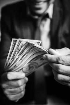 Una persona che porta un sacco di soldi