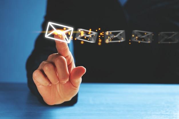 人は電子メールの概念として抽象的な封筒をクリックします。
