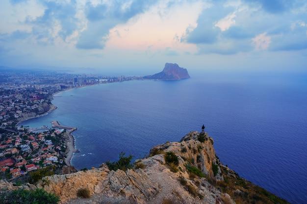 人は浜辺と海から湾を眺めながら山頂に登った。カルペアリカンテ。
