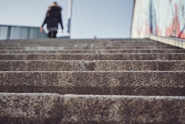 도시의 일부 계단을 오르는 사람