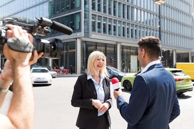 Persona che conduce un'intervista