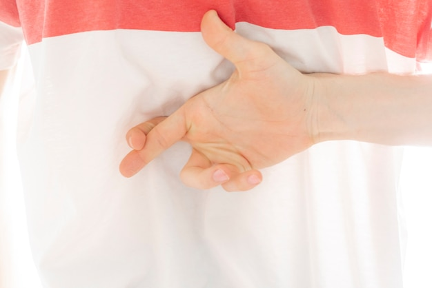 사람은 등 뒤에서 손가락을 교차하고 거짓말을 하는 개념