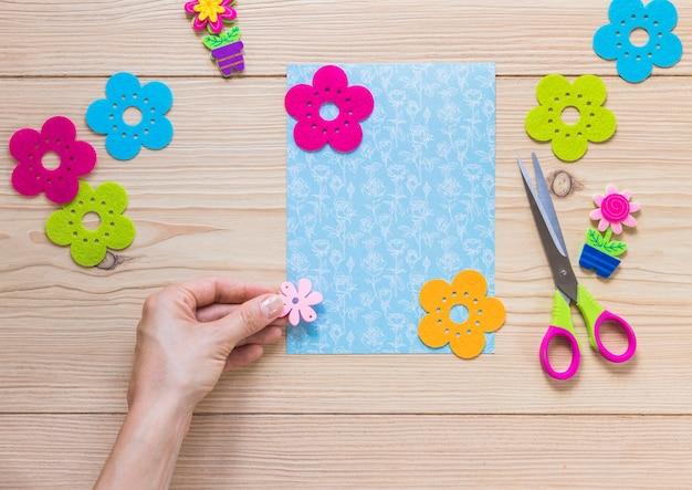 Una persona che decora la carta con fiori colorati