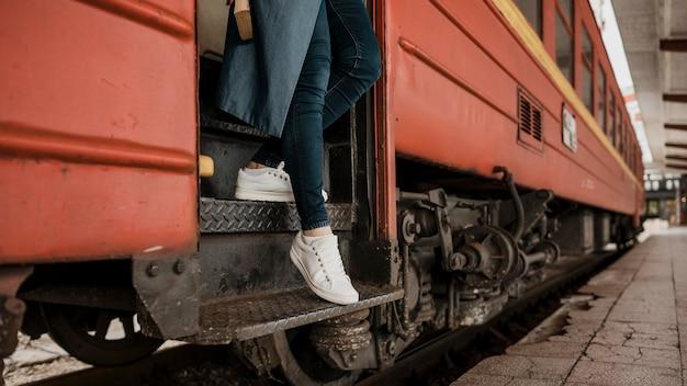 사람이 기차에서 계단을 내려