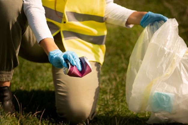 쓰레기를 수거하여 사회봉사를 하는 사람