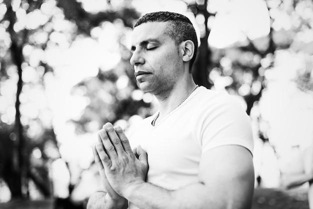 Persona che fa yoga al parco