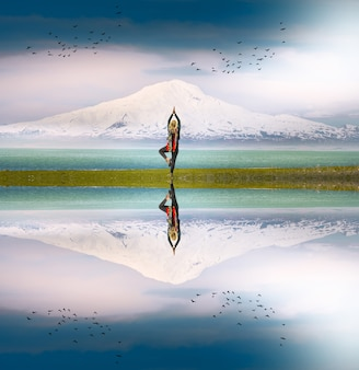 Persona che fa yoga con vista sul monte ararat