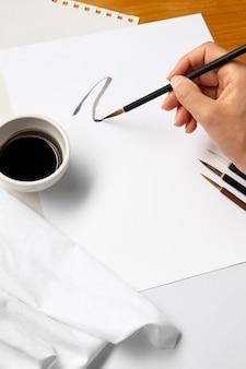 Человек рисует изогнутую линию на бумаге