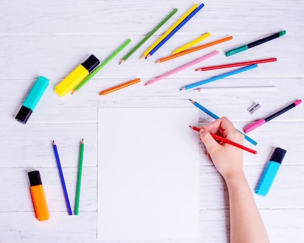 描く人。鉛筆を持つ手。上からの眺め。