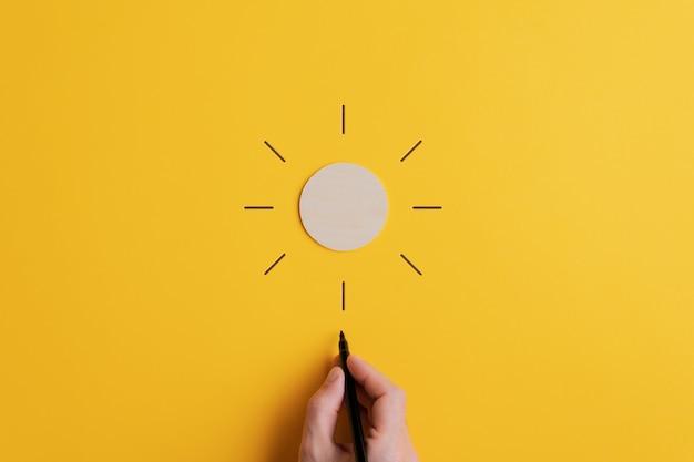 太陽を作るために円の周りに線を引く人