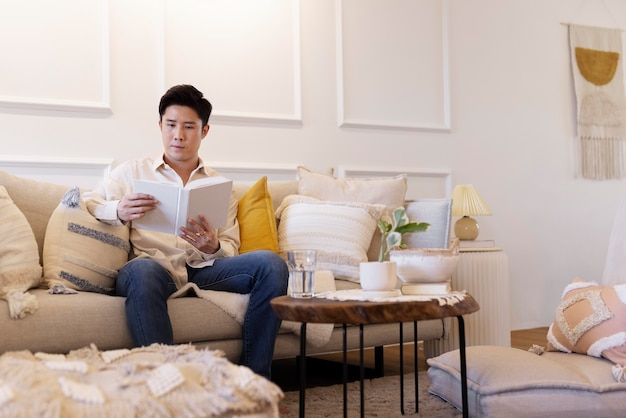 Человек, наслаждающийся отдыхом дома