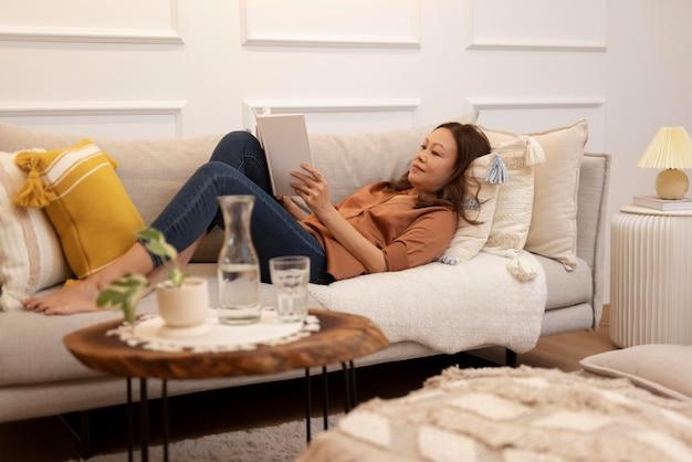 집에서 편안한 시간을 즐기는 사람