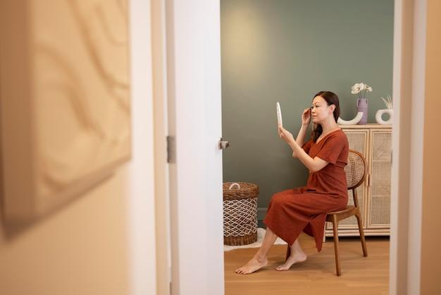 Persona che si gode un momento di relax a casa