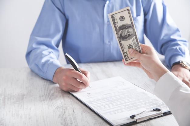 사람이 사무실의 직원에게 뇌물을 제공합니다. 부패, 뇌물