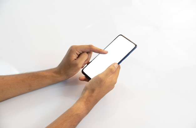 Рука человека на смартфоне