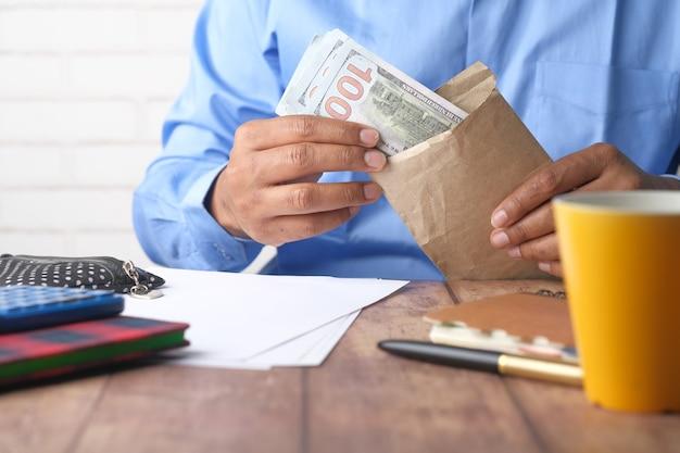 봉투에 현금을 넣어 사람 손