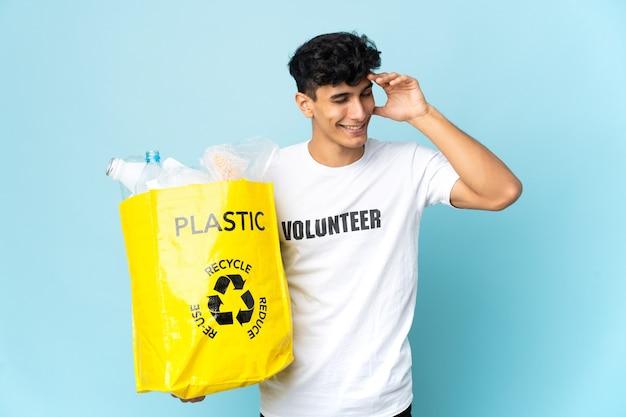 バッグを持ってリサイクルする人