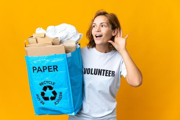 バッグを持ってリサイクルする人 Premium写真