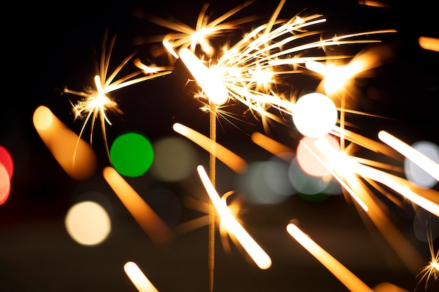 お祝いの線香花火を持っている人