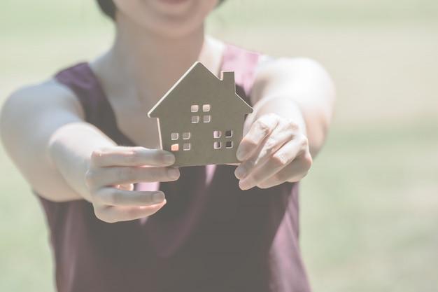 Человек, держащий маленький дом
