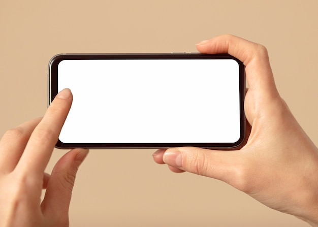흰색 화면으로 휴대 전화를 들고 사람