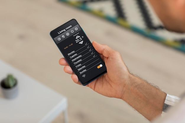 ホームオートメーションアプリでスマートフォンを持っている人