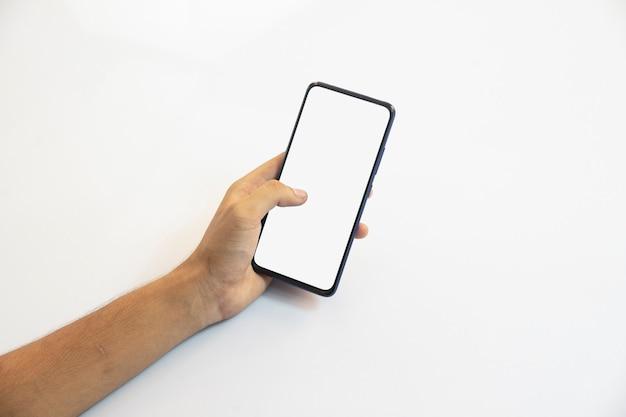 Человек, держащий смартфон с белым экраном