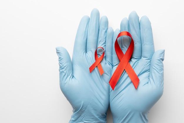 세계 에이즈의 날 리본을 들고 있는 사람