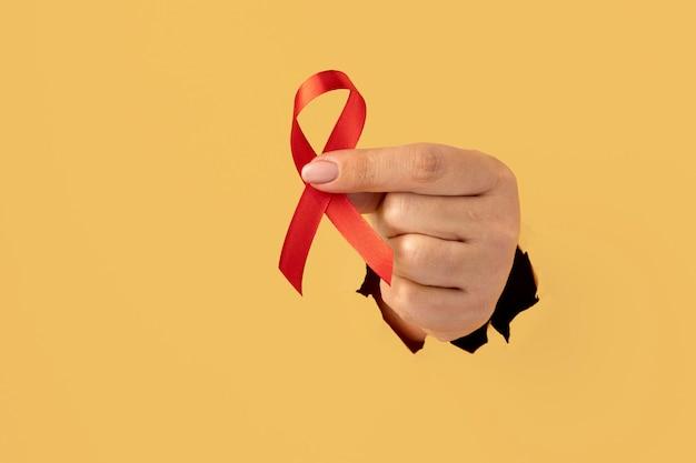 世界エイズデーリボンを持っている人