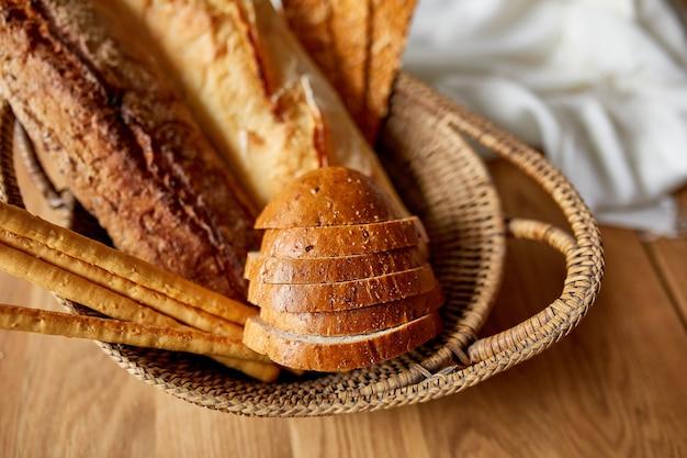 Человек, держащий корзину со свежеиспеченным хлебом