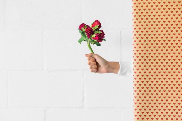 꽃의 꽃다발을 들고 사람