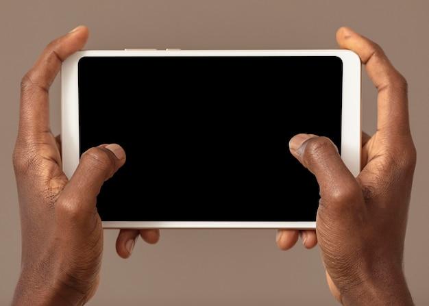 Persona in possesso di tavoletta digitale in posizione orizzontale