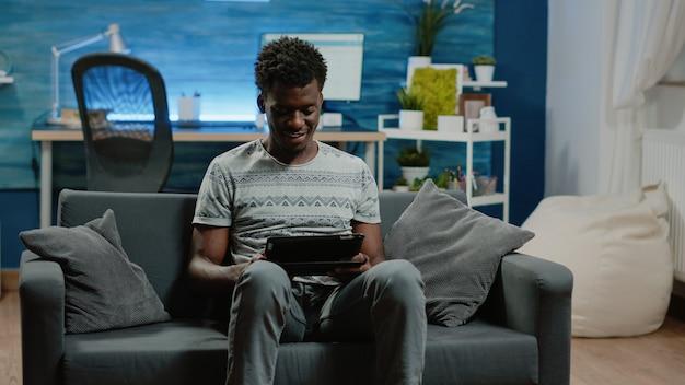 Человек, держащий цифровой планшет с сенсорным экраном для удаленной работы