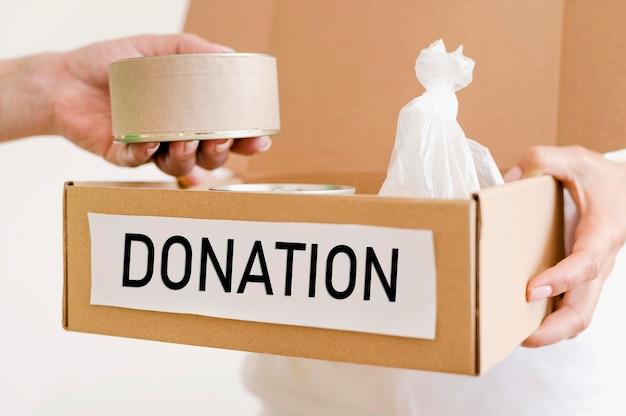 Лицо, занимающее ящик для пожертвований