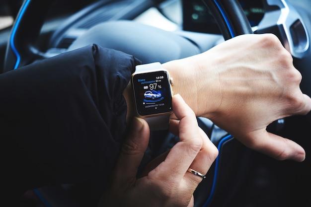 Persona in possesso di smartwatch in alluminio oro